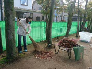 すごい量の落ち葉も掃除します。